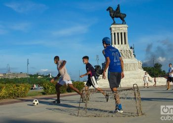 Young people play soccer in Máximo Gómez Park during the post-COVID-19 de-escalation in Havana. Photo: Otmaro Rodríguez.