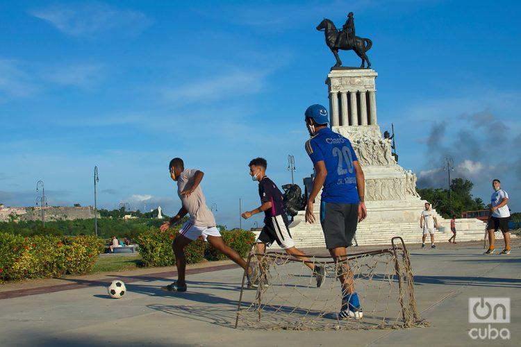 Young people play soccer in Máximo Gómez Park during the post-COVID-19 de-escalation in Havana. Photo: Otmaro Rodríguez.