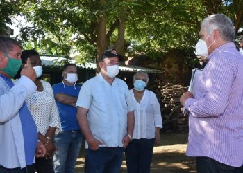 Cuban President Miguel Díaz-Canel (2-r) with authorities from Santiago de Cuba and workers from a comprehensive farm in that province, during a government tour of Santiago, the first during the post-COVID-19 de-escalation. Photo: ACN.
