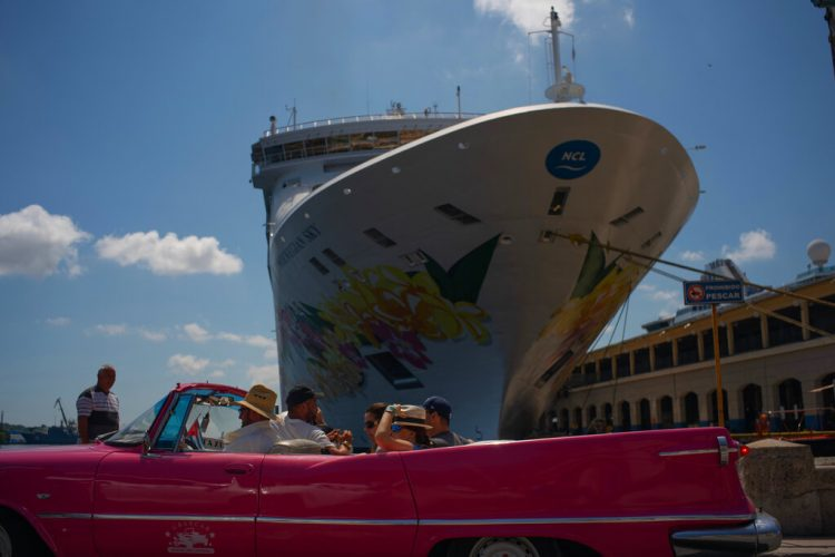 """Tourists from the """"Norwegian Sky"""" cruise ship tour the city in a classic American convertible in Havana, on Tuesday, June 4, 2019. Photo: Ramon Espinosa/AP/Archive."""