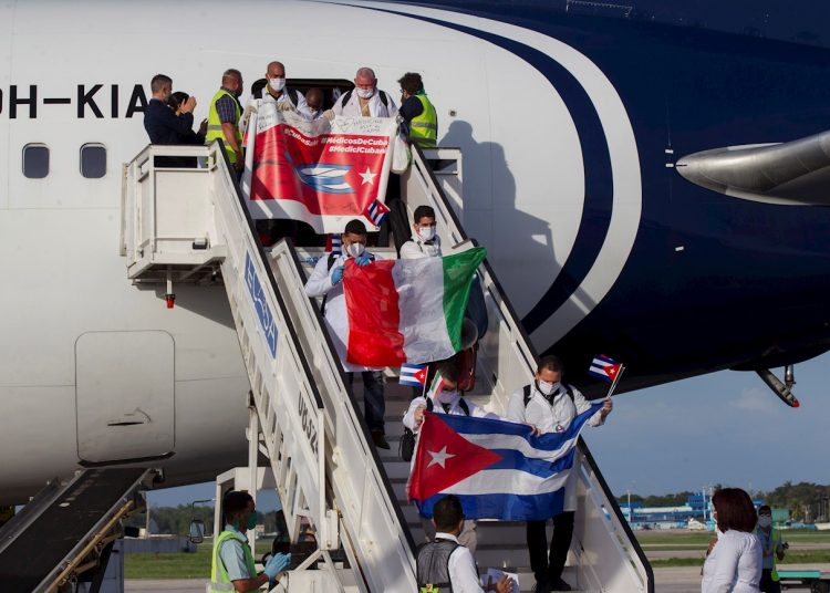 Arrival in Havana of Cuban doctors who worked in the Italian region of Lombardy in full coronavirus crisis. Photo: Yamil Lage/EFE/Archive.