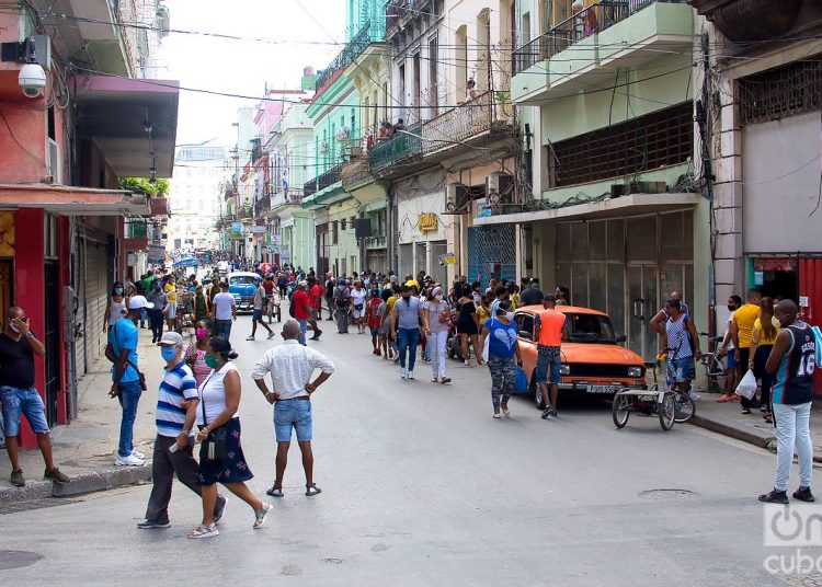 Area of Neptuno Street with many shops and stores. Photo: Otmaro Rodríguez.