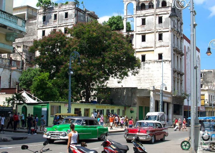 Galiano Street, in Havana, during the post-COVID-19 de-escalation. Havana reported eight cases today, from Old Havana and Playa. Photo: Otmaro Rodríguez.