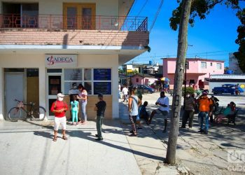 Several people queue to change money at a CADECA exchange office. Photo: Otmaro Rodríguez.