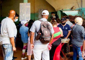 People in an agricultural market in Havana, on December 1, 2020. Photo: Otmaro Rodríguez.