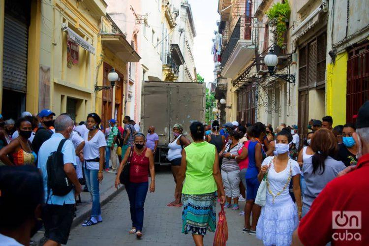 People on a street in Havana. Photo: Otmaro Rodríguez.