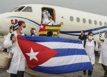 Cuban doctors who fought the coronavirus pandemic in Togo. Photo: CubaMINREX/Twitter.