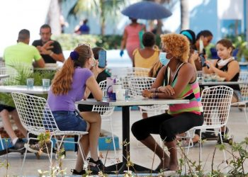 Several people at the Coppelia ice cream parlor in Havana. Photo: Yander Zamora/EFE/Archive.