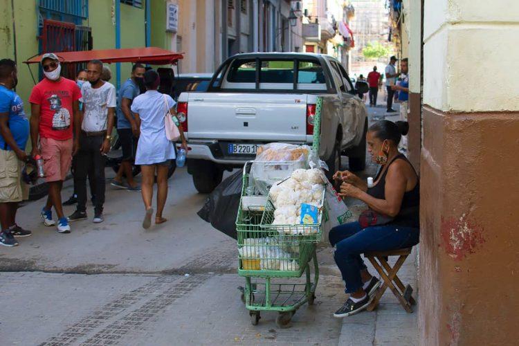 Private seller of sweets in Havana. Photo: Otmaro Rodríguez.