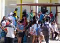 People at a bus stop during the outbreak of COVID-19 in Havana, in January 2021. Photo: Otmaro Rodríguez.
