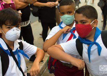 Three children greet each other before entering their school. Photo: Otmaro Rodríguez/Archive.