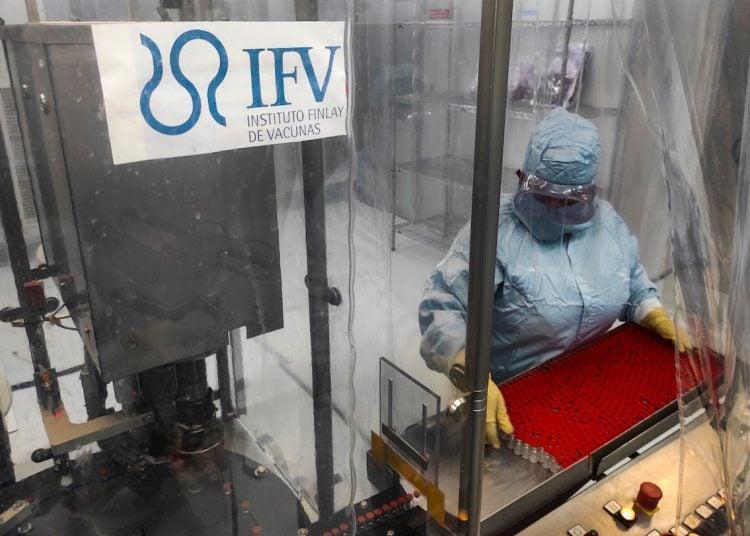Impfstoffproduktion in Kuba | Bildquelle: https://t1p.de/89k5 © Yamil Lage / EFE /POOL | Bilder sind in der Regel urheberrechtlich geschützt