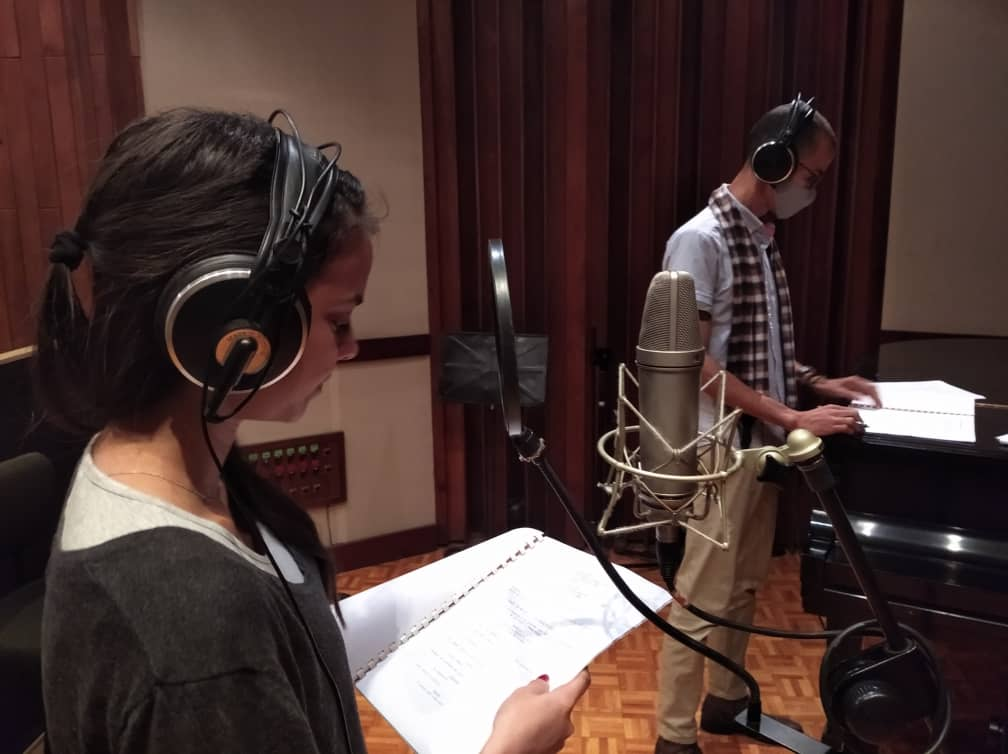 Danay Cruz and Victor González in the recording of the Yesapín García animated cartoons. Photo: courtesy of the interviewee.