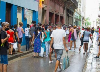 People in a queue in Havana, during the outbreak of coronavirus. Photo: Otmaro Rodríguez.