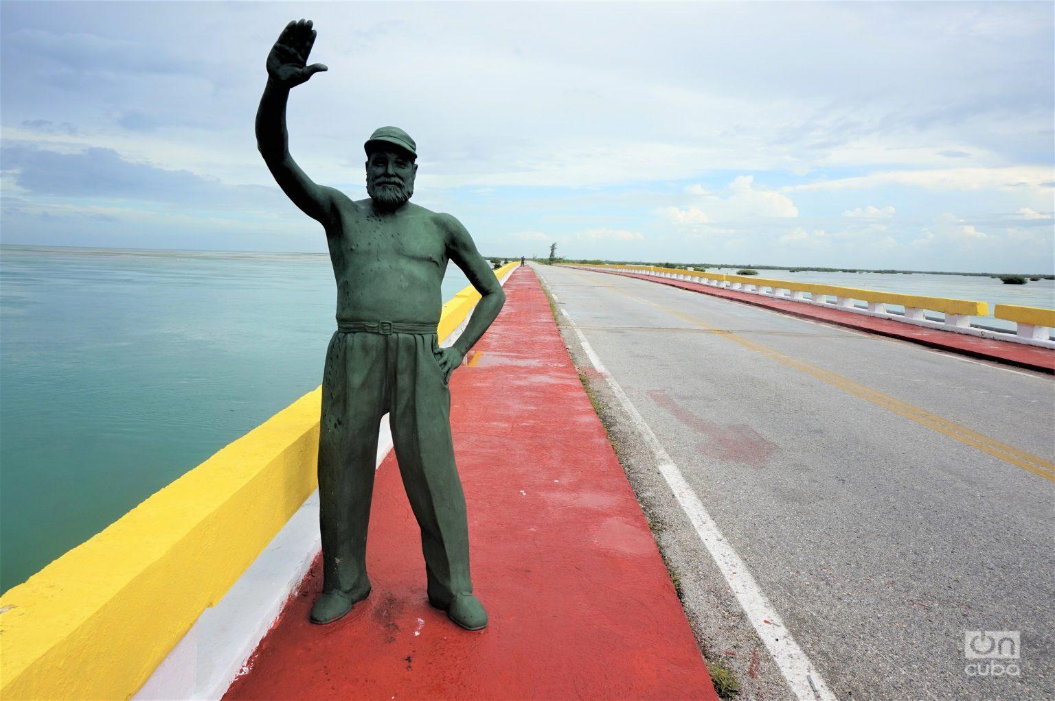 Estatua del escritor estadounidense Ernest Hemingway en Cayo Guillermo, Cuba