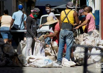 Men working during the outbreak of COVID-19 in Havana, in January 2021. Photo: Otmaro Rodríguez.