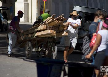 Men transporting wood during the outbreak of COVID-19 in Havana, in January 2021. Photo: Otmaro Rodríguez.