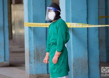 A health worker in an area isolated due to COVID-19 in Havana. Photo: Otmaro Rodríguez.