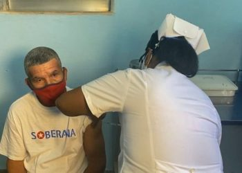 The first stage of the phase III clinical trial with the Cuban Soberana 02 vaccine candidate concluded after administering a dose of the formulation to volunteer 44,010. Photo: @cubadebatecu/Twitter.