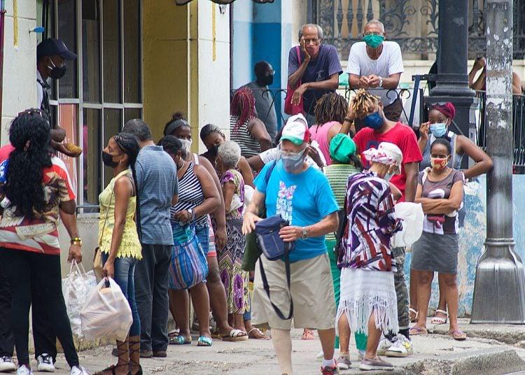 Schlange stehen beim Einkaufen in Havanna | Bildquelle: https://oncubanews.com/en/cuba/coronavirus-delta-variant-makes-way-in-havana/ © Otmaro Rodriguez | Bilder sind in der Regel urheberrechtlich geschützt