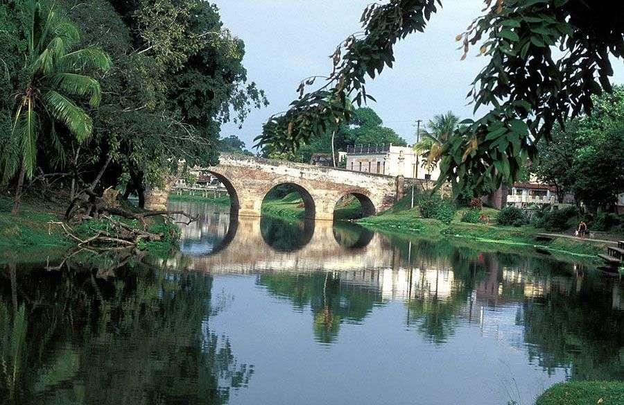 El emblemático puente sobre el río Yayabo.
