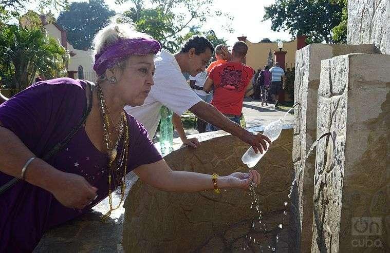 Agua bendita para los creyentes. Santuario Nacional de San Lázaro. Foto: Otmaro Rodríguez.