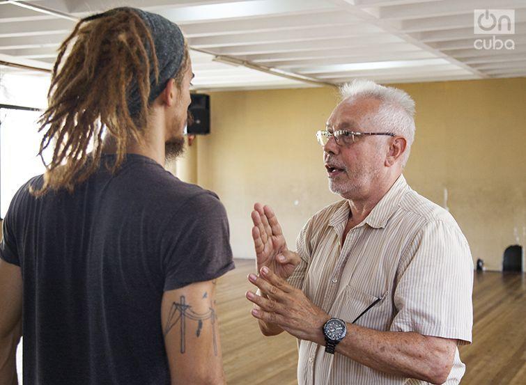 Miguel Iglesias (derecha) da instrucciones durante un ensayo previo a la partida de DCC a Rusia. Foto: Claudio Pelaez Sordo.