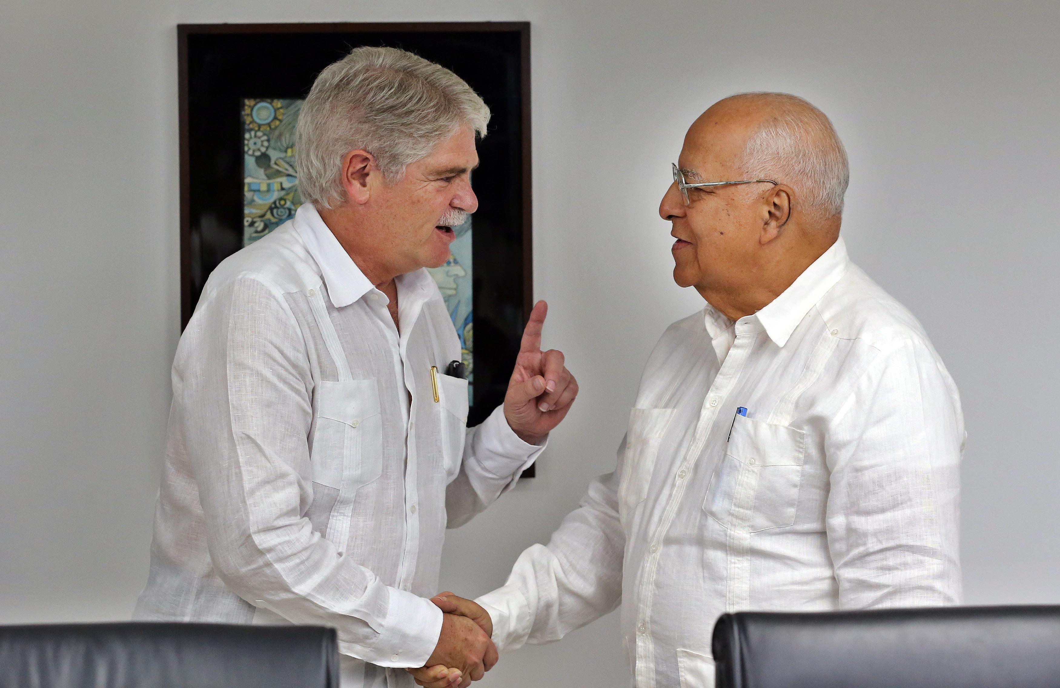 El ministro de Asuntos Exteriores y de Cooperación de España, Alfonso Dastis (izquierda), y el vicepresidente y ministro de Economía cubano, Ricardo Cabrisas se reúnen este miércoles en La Habana. Foto: Alejandro Ernesto / EFE.