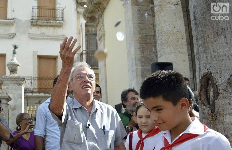 Eusebio Leal, Historiador de La Habana, lanza monedas en la reapertura del Templete. Foto: Otmaro Rodríguez Díaz.