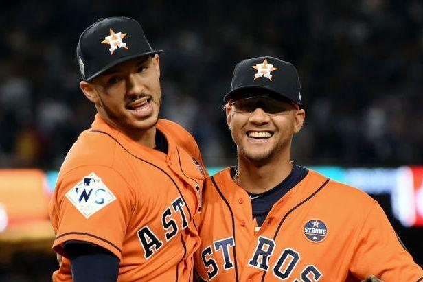 Carlos Correa (izquierda) y Yuli Gurriel en el séptimo juego de la Serie Mundial de las Grandes Ligas. Foto: LG Patterson / MLB Photos via Getty Images.