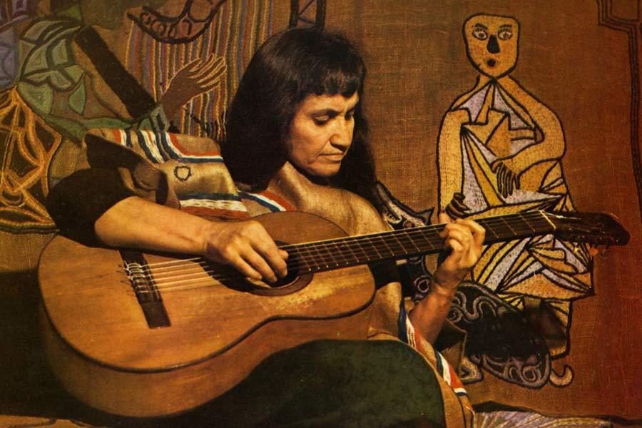 Tenía solo 49 años cuando Violeta Parra decidió dejar de vivir, y su legado tiene un valor incalculable en todo el mundo. Foto: Revista Capital (Chile).