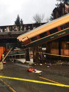 En esta foto provista por la patrulla estatal de Washington se ve el tren descarrilado. Foto: Washington State Patrol via AP.