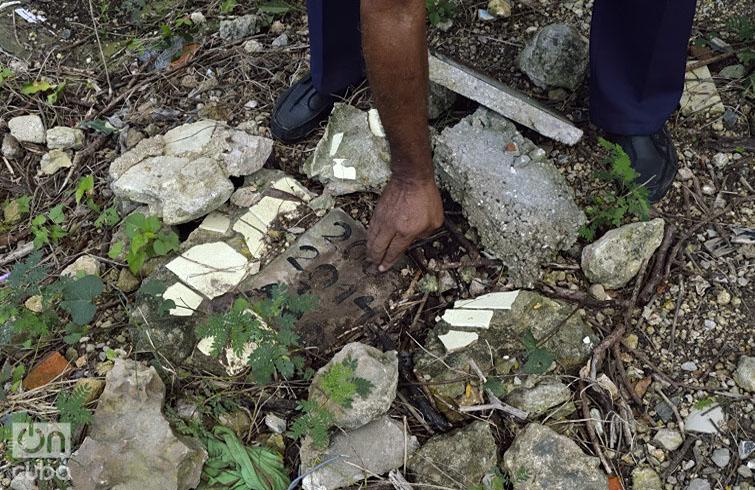 Restos de tumbas destruidas. Foto: Otmaro Rodríguez.