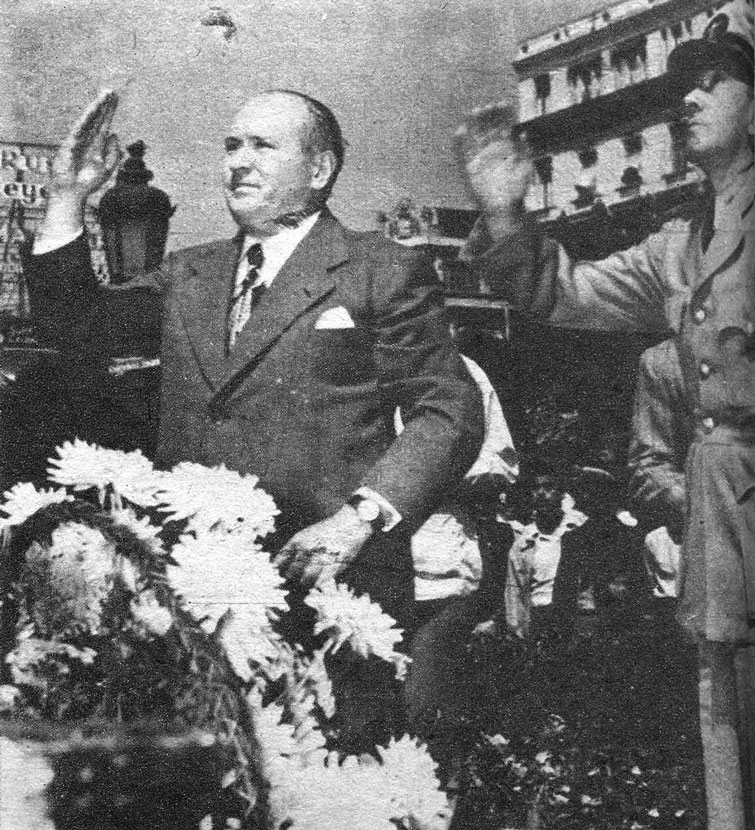 U.S. Ambassador Robert Butler deposited a floral wreath at the foot of the statue of Martí, in the company of the naval attaché of his embassy. Photo: Bohemia.