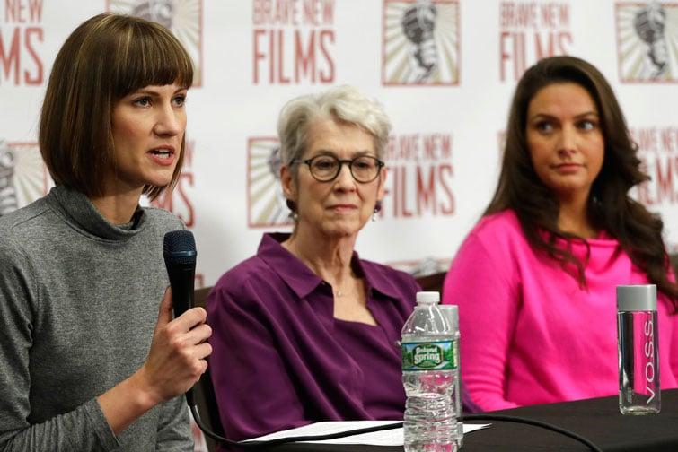 De izquierda a derecha, Rachel Crooks, Jessica Leeds y Samantha Holvey en una conferencia de prensa este lunes 11 de diciembre en la que acusaron de acoso sexual a Donald Trump. Foto: Mark Lennihan / AP.