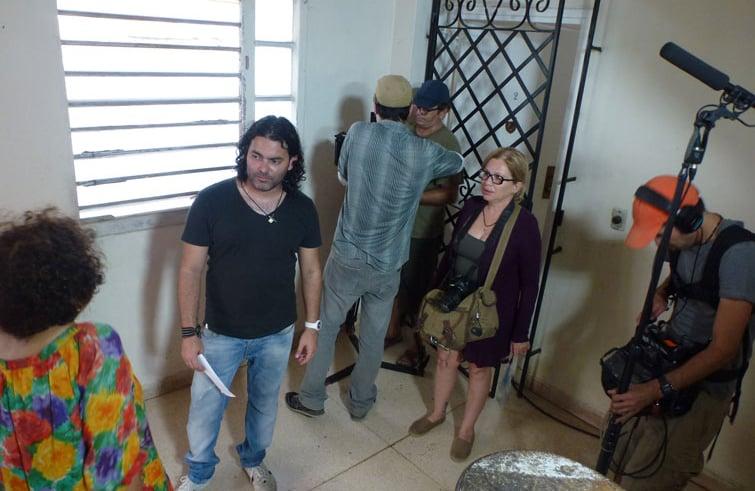 Filmación del corto 25 horas. Al centro, de frente, su director Carlos Barba Salva. A su derecha, la actriz Isabel Santos y a su izquierda, de espalda, Alicia Bustamente. Foto: Cortesía de Carlos Barba.