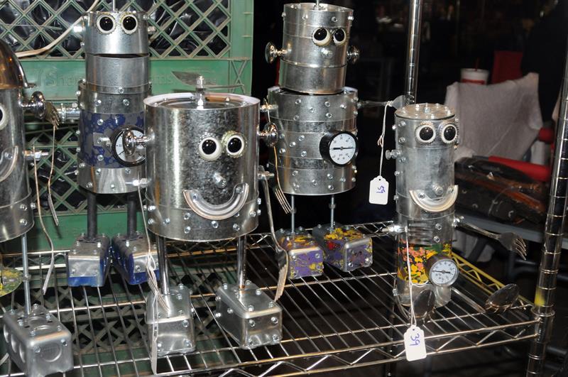 Devilliers crea esculturas con apariencia de robots con las latas y los útiles de cocina que utiliza cuando prepara comida para cientos de personas desamparadas en Arizona. Foto: Beatriz Limón / EFE.