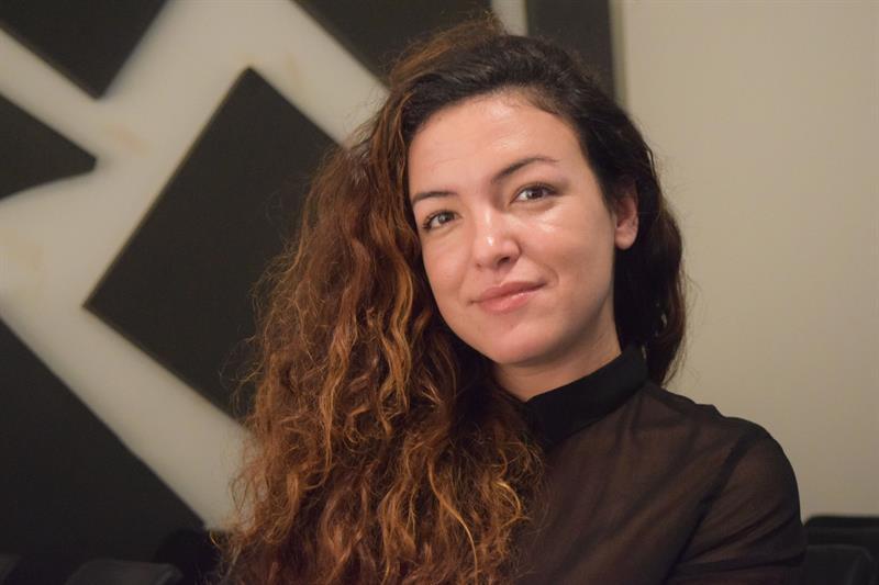 La directora cubana de cine Vanessa Batista durante una entrevista con Efe en el Centro Cultural Español de Miami (CCEM). Foto: Jorge I. Pérez / EFE.