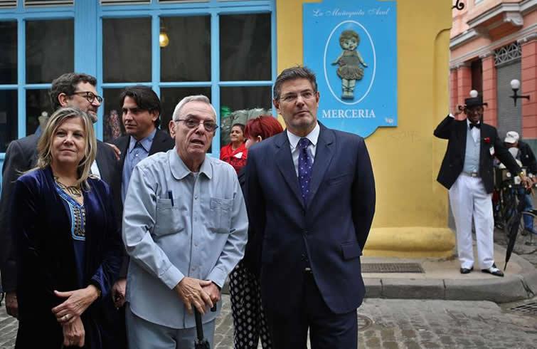 El ministro de Justicia de España Rafael Catalá recorrió el centro histórico de La Habana acompañado por el historiador Eusebio Leal Spengler. Foto: Alejandro Ernesto / EFE.