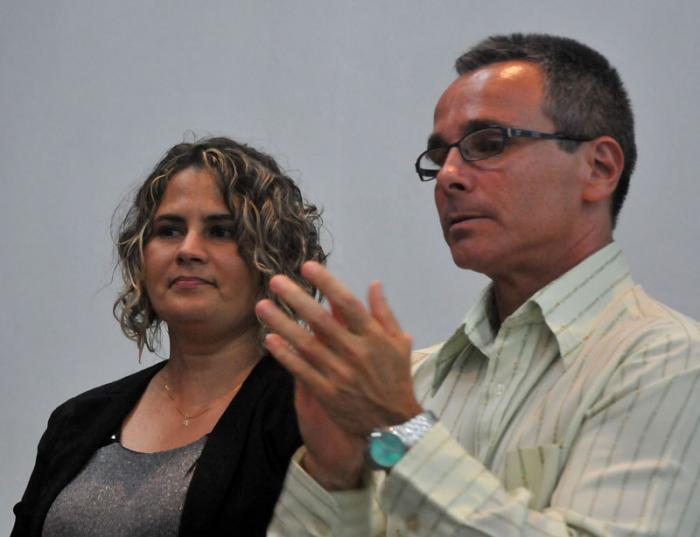 Dos de los premiados, los cubanos Yanetsy Pino Reina y Rafael de Águila. Foto: ACN.
