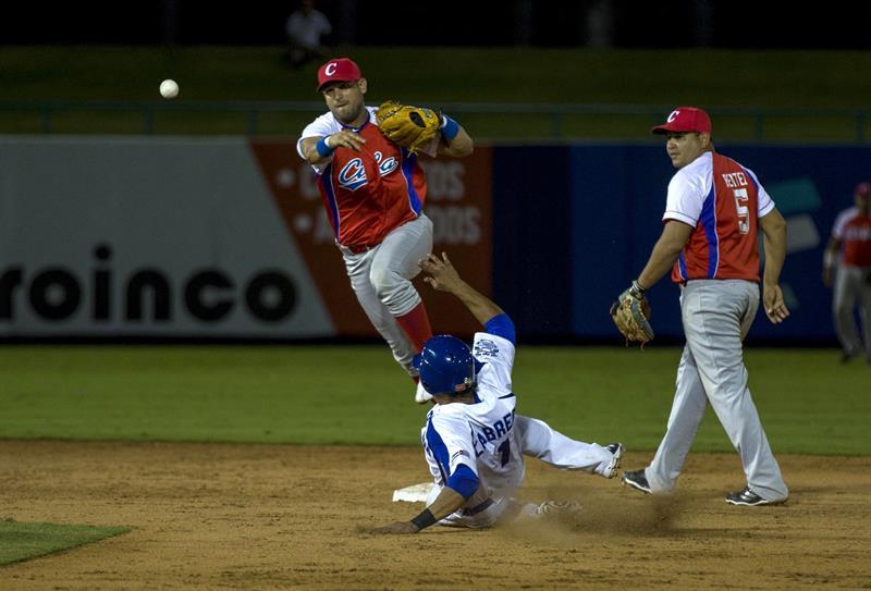 Con sus mejores hombres disponibles, Cuba barrió a Nicaragua en el tope de béisbol. Foto: Jorge Torres / EFE.
