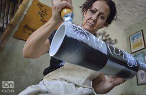 Gisela Vilaboy, creadora de Bambú Centro, decora un búcaro de bambú. Foto: Otmaro Rodríguez.