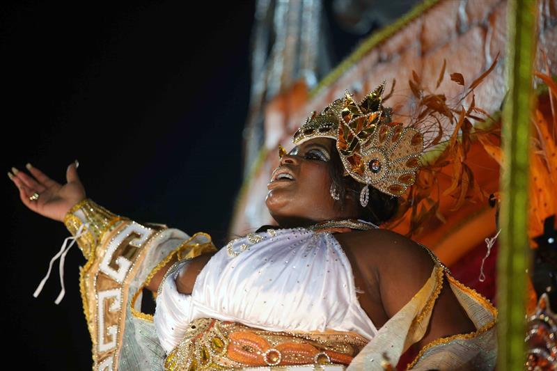 Jo Jo Todynho, una cantante de Funk brasilena durante desfile del Grupo Especial de la escuela de samba Beija Flor, hoy, martes 12 de febrero de 2018, en la celebración del carnaval en el sambódromo de Marques de Sapucaí en Río de Janeiro (Brasil). EFE/ Marcelo Sayão
