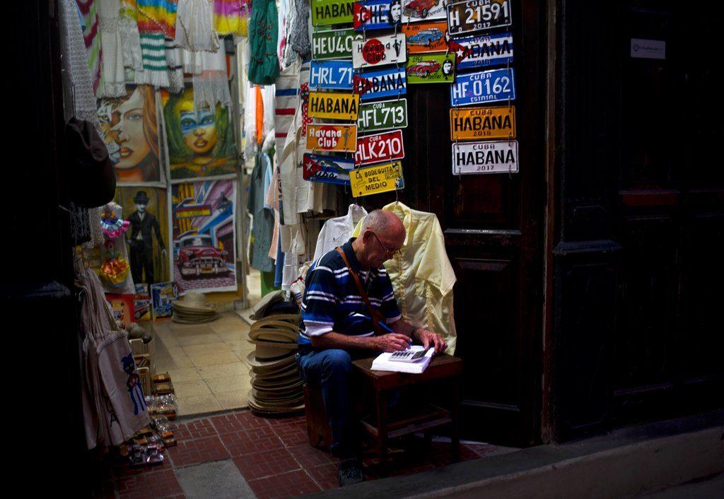 Trabajador por cuenta propia en La Habana. Foto: Ramón Espinosa / AP.
