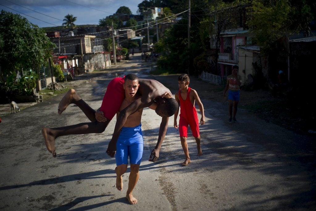 Jóvenes luchadores se entrenan en la calle. Foto: Ramón Espinosa / AP.
