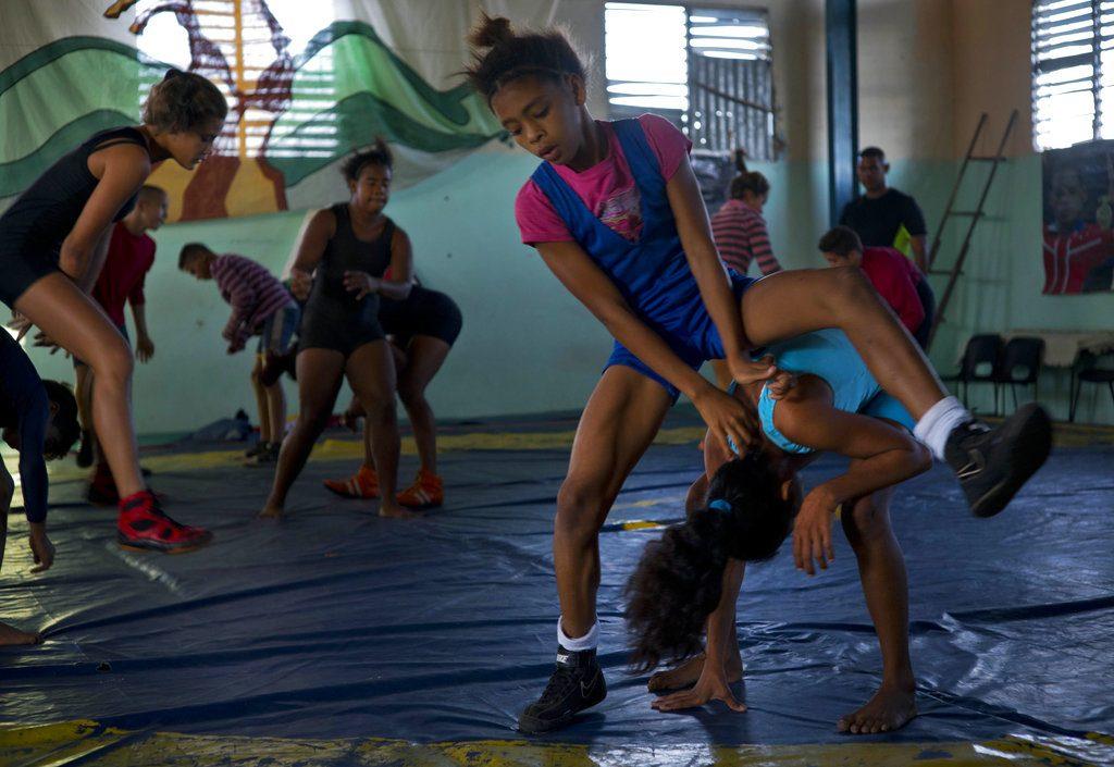 Luchadoras se entrenan en un gimnasio antes del torneo. Foto: Ramón Espinosa / AP.