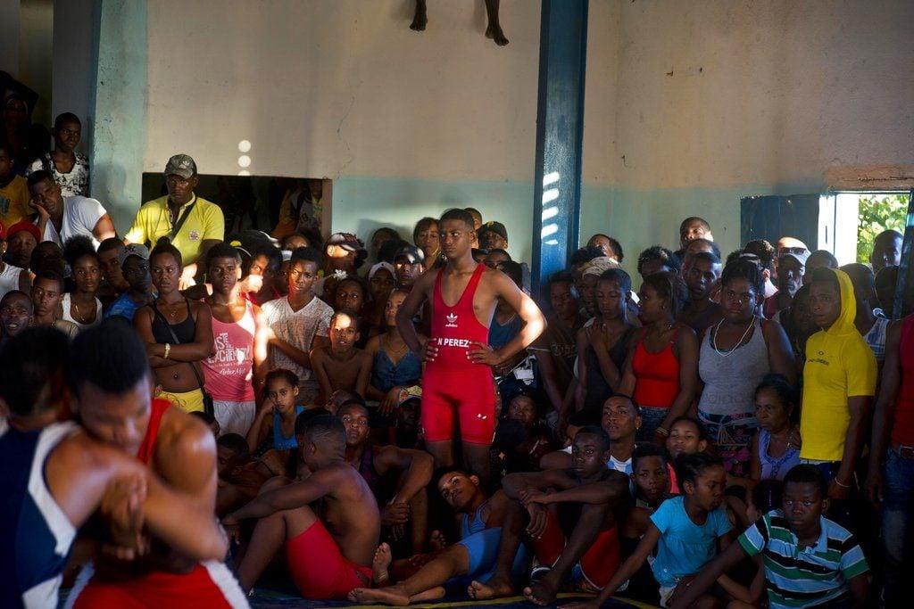 La gente llena un gimnasio para la competición de lucha de nivel aficionado. Foto: Ramón Espinosa / AP.