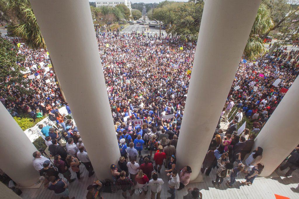 Manifestantes protestan contra la violencia con armas frente al Capitolio de Florida en Tallahassee, el miércoles 21 de febrero de 2018. Foto: Mark Wallheiser / AP.