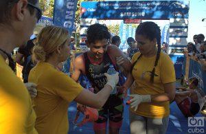 Personal médico atiende atletas después de una competencia de triatlón en La Habana. Foto: Otmaro Rodríguez.