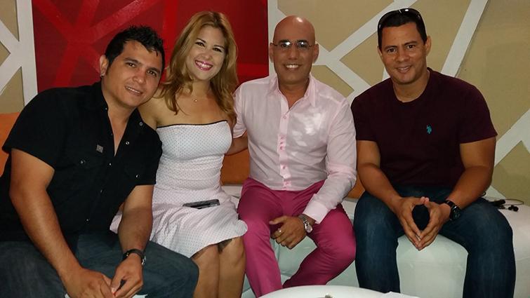 Amelia junto al locutor Marino Luzardo (centro) y el dúo Buena Fe. Foto: cortesía de Amelia Flores.